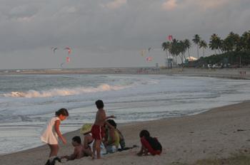 Niños jugando playa mar