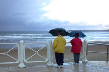 Lluvia gente paraguas playa