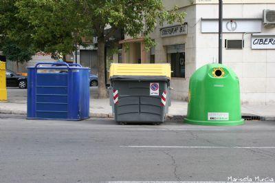 Foto con varios contenedores de reciclaje