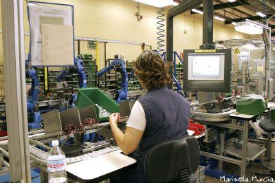 Trabajadora en cadena de montaje