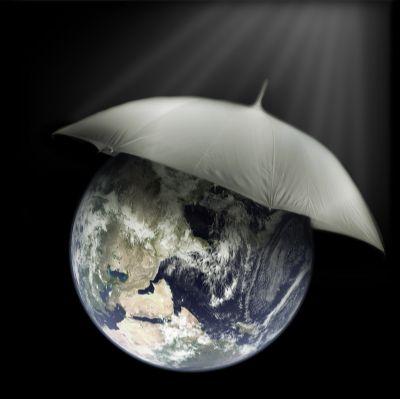 Planeta tierra con paraguas